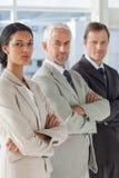 3 серьезных бизнесмены стоя совместно Стоковое Изображение