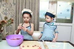 2 серьезных вареника прессформы детей Стоковое Изображение RF