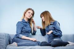 2 серьезных друз женщин говоря на софе Стоковое Изображение RF