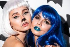 2 серьезных молодой женщины в костюмах хеллоуина Стоковое Изображение RF