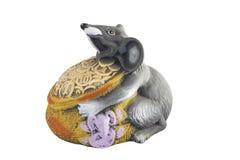 Сер-белая крыса держит в его лапках сумку монеток стоковое фото rf