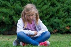 Сердитая белокурая девушка ребенка с ponytail Стоковые Фото