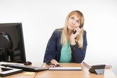 Сердитая бизнес-леди говоря на телефоне и смотря вверх Стоковые Фотографии RF