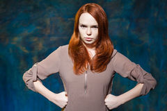 Сердитая девушка держа руки на бедрах Стоковое Фото