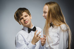 Сердитая девушка крича на устрашенном неудовлетворенном мальчике Отрицательная человеческая эмоция, выражение лица closeup Связь Стоковое фото RF