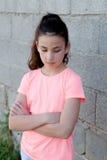 Сердитая девушка preteen в улице Стоковое Изображение