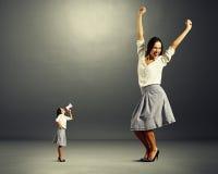 Сердитая женщина и большая весёлая женщина Стоковая Фотография