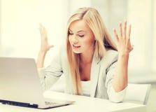 сердитая женщина компьтер-книжки Стоковые Изображения RF