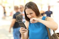 Сердитая женщина поданная вверх ее телефона Стоковые Фотографии RF
