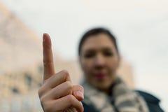 Сердитая женщина предупреждая вас Запачканная женщина маша ее палец Стоковое фото RF
