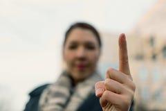 Сердитая женщина предупреждая вас Запачканная женщина маша ее палец Стоковое Изображение