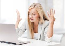 Сердитая женщина с компьтер-книжкой Стоковое Изображение RF