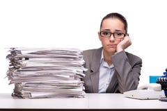 Сердитая женщина с кучами бумаги на белизне Стоковые Изображения RF