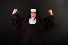 Сердитая монашка с кулаками в воздухе Стоковое Фото