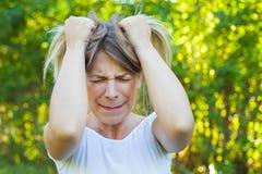 Сердитая молодая женщина имея нервное расстройство стоковые фотографии rf