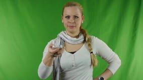 Сердитая молодая женщина с дистанционным управлением универсалии Smartphone акции видеоматериалы