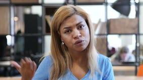 Сердитая молодая черная девушка, выкрикивая сток-видео
