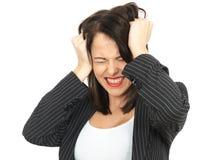 Сердитая разочарованная молодая бизнес-леди вытягивая волосы Стоковое фото RF