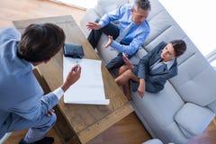 Сердитые бизнесмены говоря совместно на кресле Стоковое фото RF