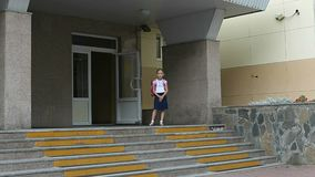 Сердитые девушки идут к школе вверх с рюкзаком задняя школа принципиальной схемы к Смешная съемка молодого кавказского рюкзака де Стоковая Фотография