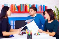 Сердитые клиенты делают заявки о контрактах дела Стоковая Фотография RF