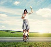Сердитые молодая женщина и женщина затишья Стоковое фото RF