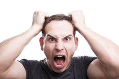 Сердитые окрики молодого человека стоковая фотография rf