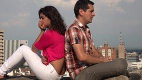 Сердитые пары в городской местности видеоматериал