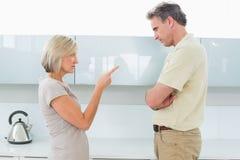 Сердитые пары споря в кухне стоковое фото rf