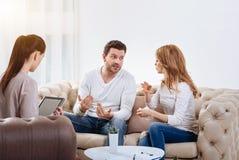 Сердитые эмоциональные пары имея ссору Стоковое Изображение