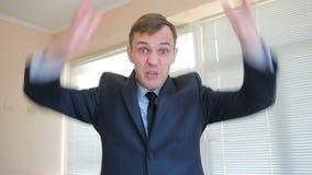 Сердитый бизнесмен в офисе кричащем на конце-вверх камеры акции видеоматериалы