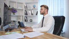 Сердитый бизнесмен пробивает его компьютер после получать расстроен акции видеоматериалы