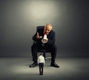 Сердитый босс кричащий на малом работнике Стоковые Изображения