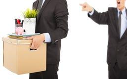 Сердитый босс увольняя человек и нося пожитки стоковые изображения