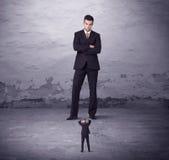 Сердитый большой менеджер смотря человека мелкого бизнеса Стоковые Фотографии RF