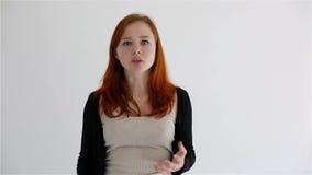Сердитый и разочарованный девочка-подросток Изолировано на белизне сток-видео