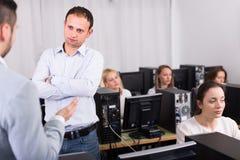 Сердитый менеджер раздражанный работников Стоковое Изображение