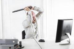 Сердитый монитор нападения работника офиса Стоковые Фотографии RF