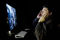 Сердитый молодой gamer играя видеоигру Стоковое Изображение RF