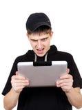 Сердитый подросток с таблеткой Стоковая Фотография RF