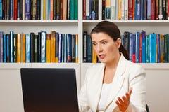 Сердитый разочарованный компьютер офиса женщины Стоковые Фотографии RF