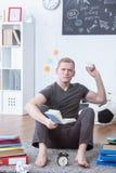 Сердитый студент подготавливая для испытания Стоковая Фотография RF