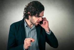сердитый телефон человека Стоковые Фотографии RF