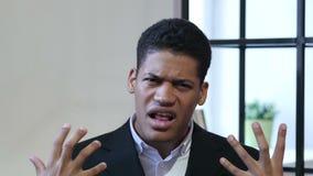 Сердитый черный бизнесмен, выкрикивая и споря сток-видео