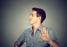 Сердитый человек при плохая ориентация давая беседу к жесту рукой Стоковые Фотографии RF