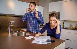 Сердитый человек споря на телефоне пока высчитывать женщины Стоковое фото RF