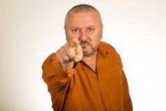 Сердитый человек с бородой указывая палец на вас Стоковые Изображения RF