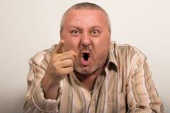 Сердитый человек указывая на камеру Стоковая Фотография