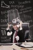 Сердитый ящик хлама владением бизнесмена в классе Стоковое Изображение RF