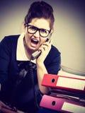 Сердитый bossy говорить телефона коммерсантки Стоковое Изображение
